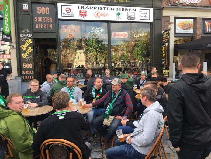 Deze Wolfsburg-fans genieten van een pintje op het terras van de Dulle Griet aan de Vrijdagmarkt.