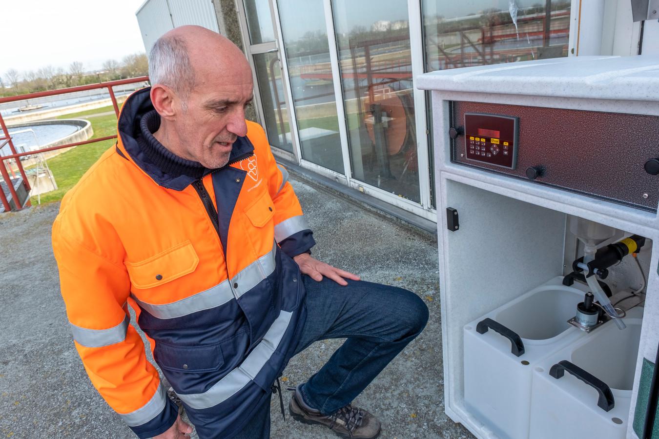 Marc Augustijn, innovatietechnoloog bij waterschap Scheldestromen, laat op de zuivering bij Ritthem zien hoe een bemonsteringskast werkt.