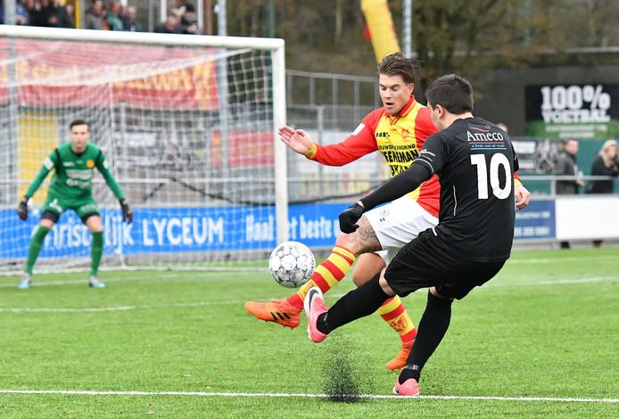 Furkan Alakmak (10) trekt namens DFS de bal voor het doel van csv Apeldoorn.