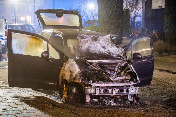 De auto aan de Akeleiweide is na de brand total loss verklaard.