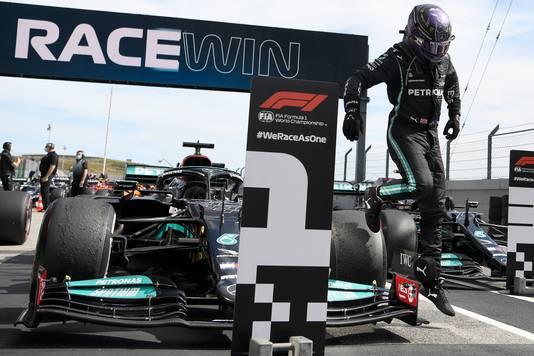 Lewis Hamilton springt uit zijn auto nadat hij voor het tweede jaar op rij de Grand Prix van Portugal heeft gewonnen.