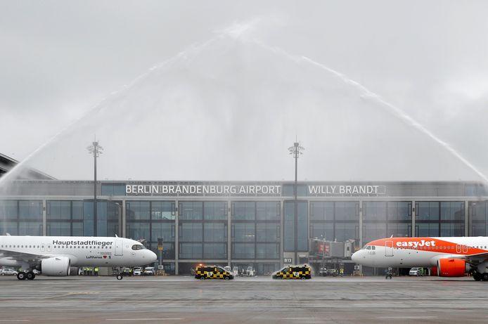 De luchthavenbrandweer begroet de eerste passagiersvliegtuigen van Lufthansa en Easyjet bij terminal 1.
