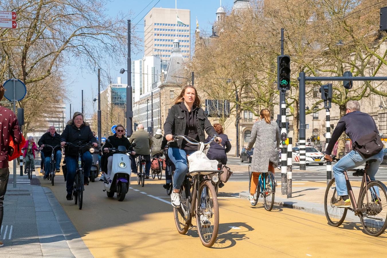 De Coolsingel is ingericht op fietsers, maar zij kunnen er niet zorgeloos hun weg vinden.