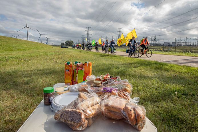 Aan de dijk vlak bij de kerncentrale Borssele ligt de lunch voor deelnemers aan het fietsprotest van Wise klaar.