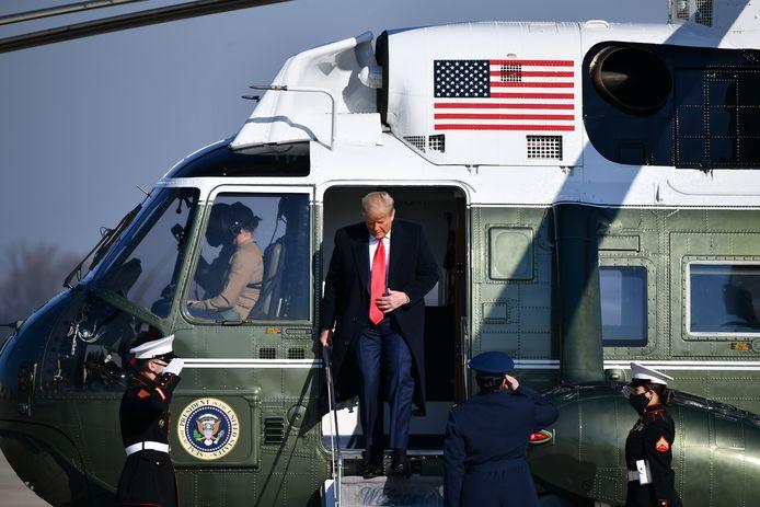 Donald Trump verlaat de Marine One-helikopter op de Andrews-luchtmachtbasis in Maryland.