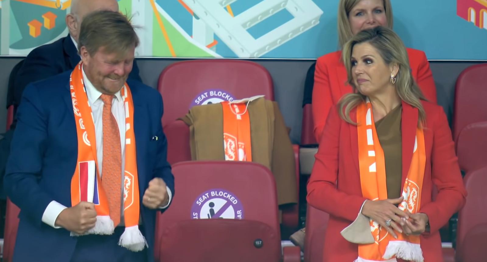Koning Willem-Alexander juichend op de tribune in de Arena.