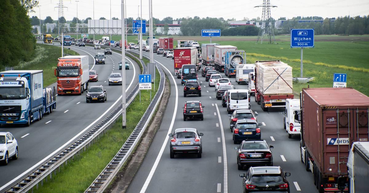 File op A73 door ongeval met vrachtwagen bij Beuningen: 14 kilometer file.
