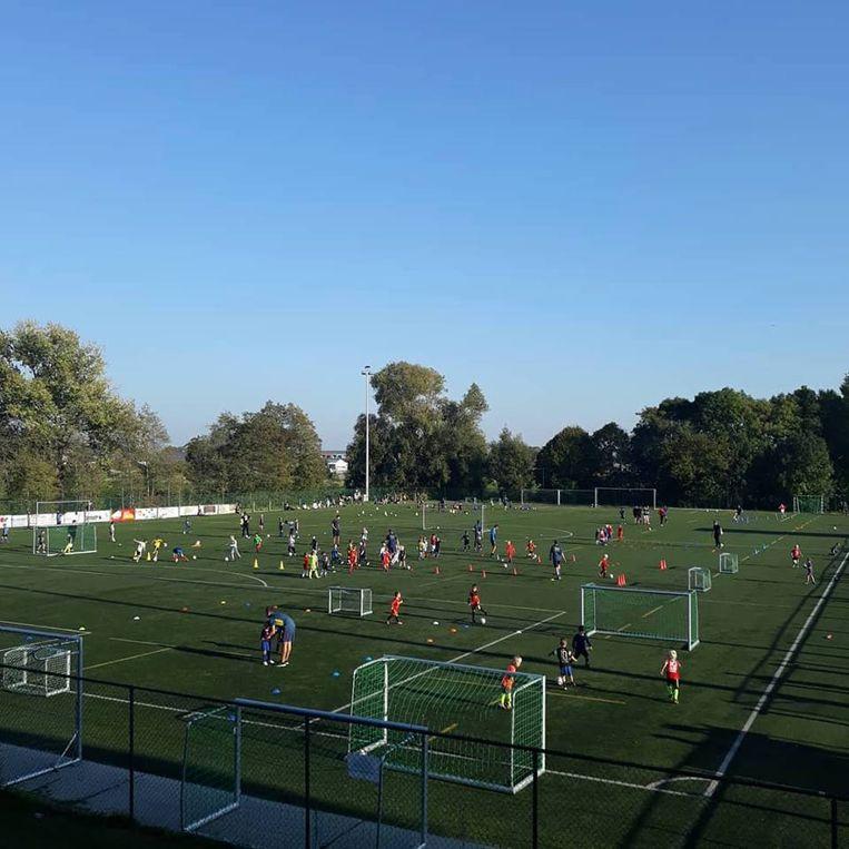 Een overbezet kunstgrasveld tijdens trainingen van Jong Sint-Gillis, het is wekelijkse kost op de sportcampus in Sint-Gillis. Ook andere terreinen zijn druk bezet.