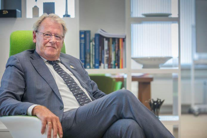 Commissaris van de Koning Jaap Smit heeft de gemeenteraad van Barendrecht gevraagd eens goed in de spiegel te kijken.