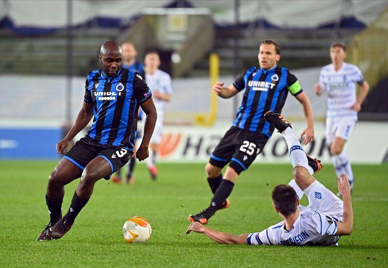 Eder Balanta (l.) van Club Brugge recupereert de bal in het Europa League-duel met Dinamo Kiev, donderdagavond. Beeld Photo News