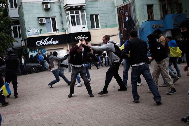 Gevechten tussen pro-Russische en pro-Oekraïense demonstranten. Beeld null