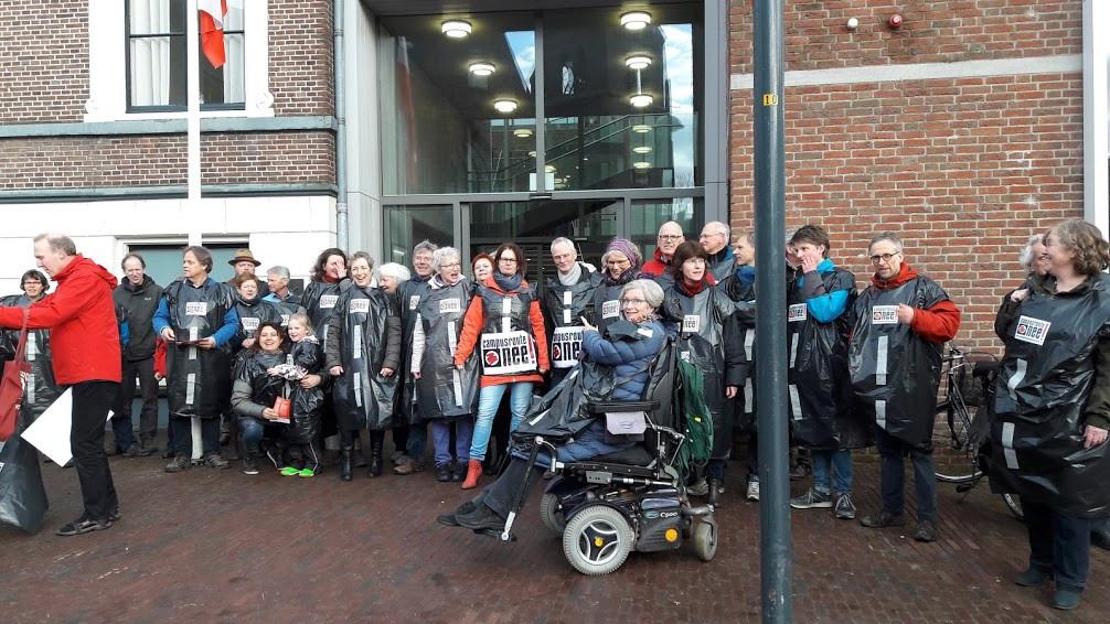 Wageningers voerden  bij het stadhuis actie met hesjes: Campusroute nee.