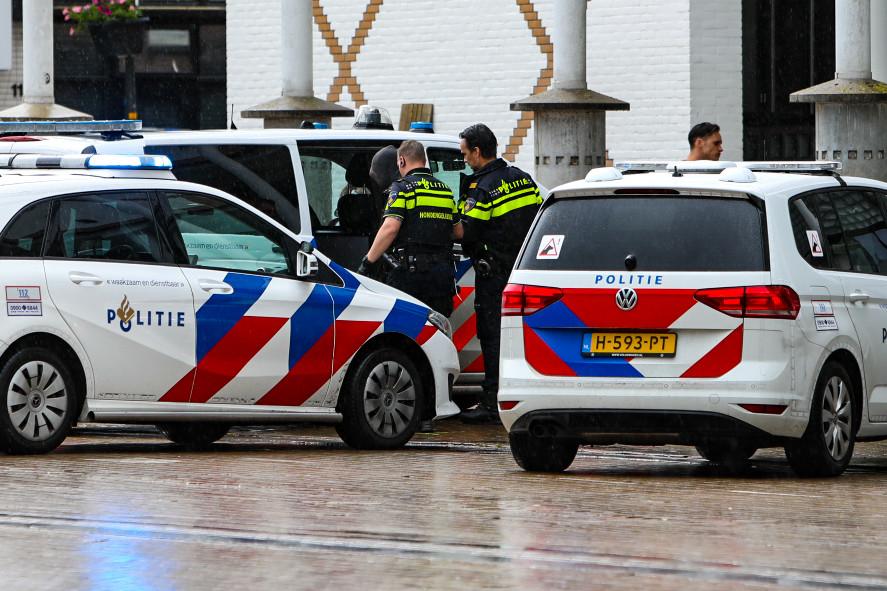 Op het Marktplein in Apeldoorn hebben agenten een man aangehouden die even daarvoor een oudere man van zijn horloge beroofde.