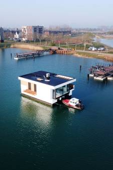 Krachtige sleepboot krijgt het voor elkaar: eerste drijvende villa op z'n plek in Lentse Plas
