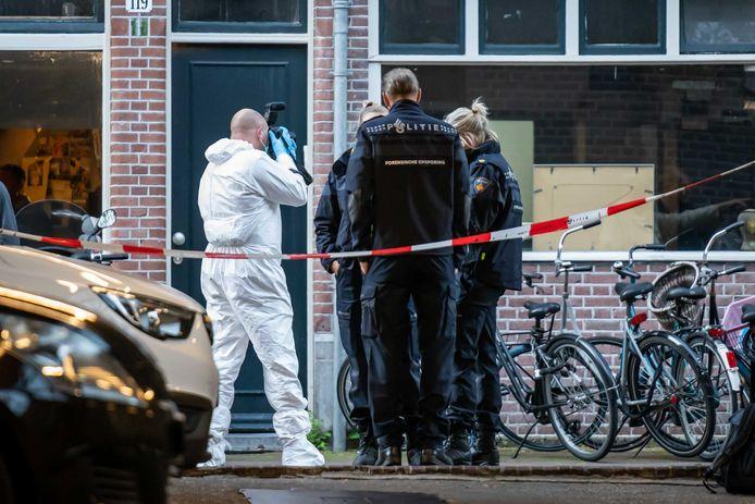 Forensische opsporing in de buurt van de Lange Leidsedwarsstraat in Amsterdam. Bij een schietpartij is misdaadverslaggever Peter R. de Vries zwaargewond geraakt.