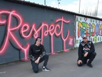 Jongeren fleuren muur aan voetbalveld Den Deysel op met graffiti