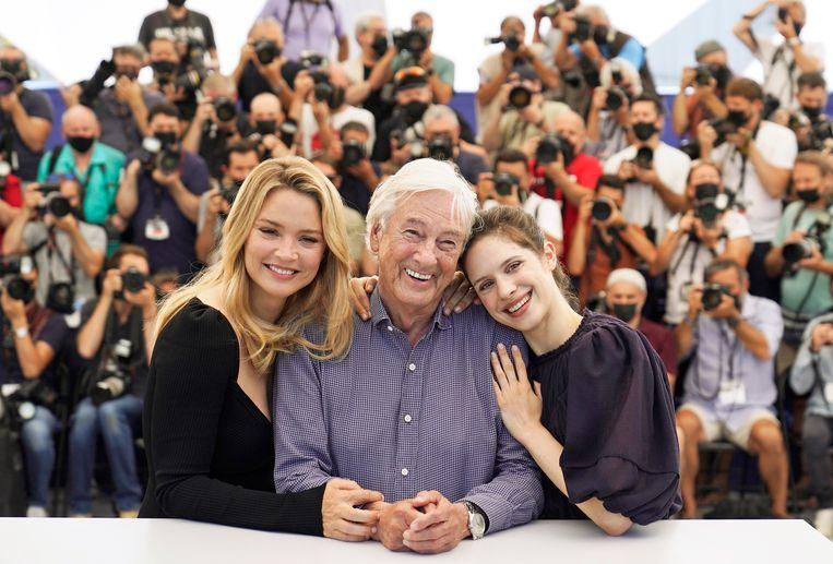 Virginie Efira (links), regisseur Paul Verhoeven en Daphne Patakia in Cannes. Beeld AP