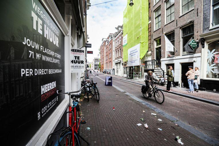 In de Amsterdamse Negen Straatjes staan veel winkels leeg doordat het winkelende publiek wegblijft, sinds de corona crisis.  Beeld Eva Plevier