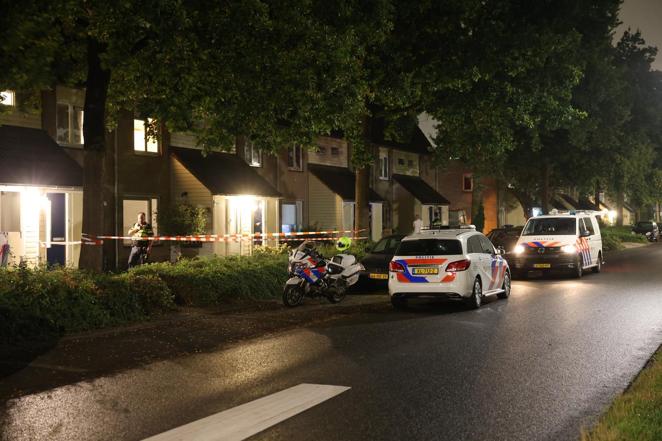 Politie zette de woning in Zwolle af voor onderzoek.