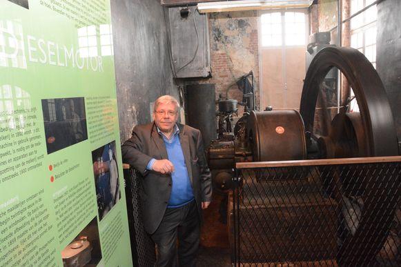 Peter Deckers bij de oude motor van de maalderij, een uniek stuk industrieel archeologisch erfgoed.
