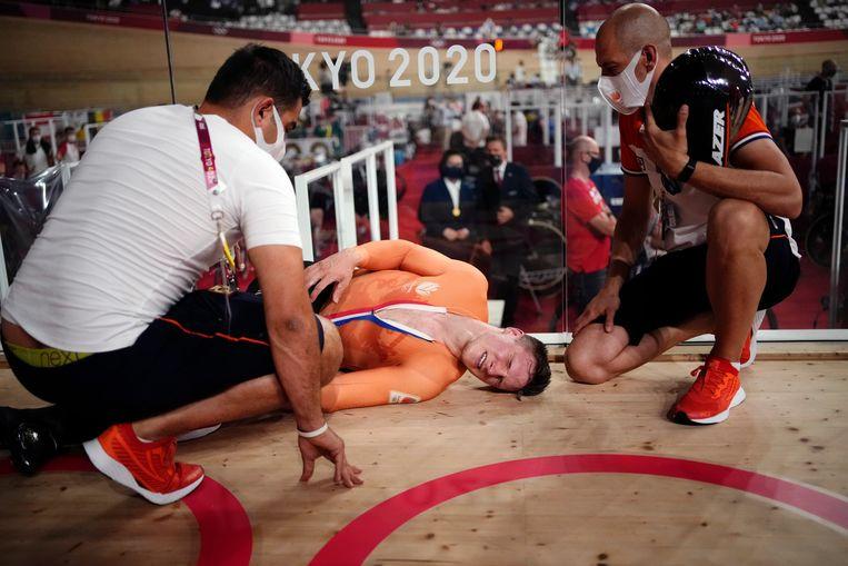 Jeffrey Hoogland, winnaar van het zilver, ligt na de race uitgeput op de grond.  Beeld AP