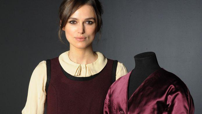 Keira poseert met een tenue uit Anna Karenina