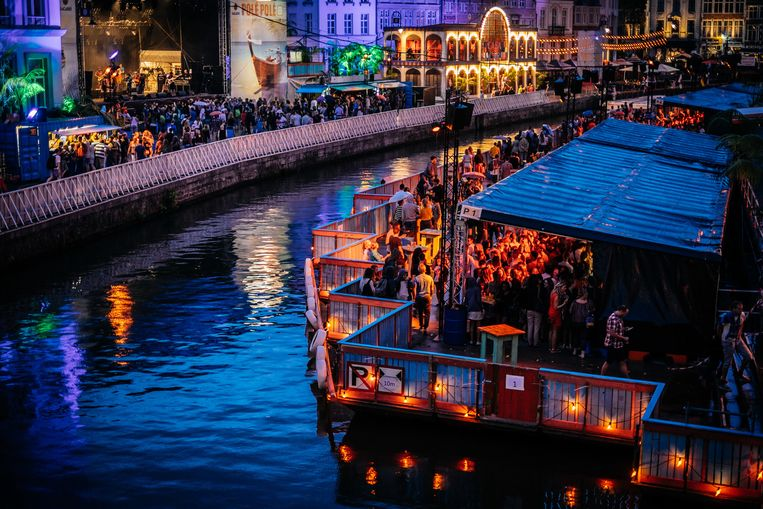 Een massa feestende mensen, dat is in coronatijden niet mogelijk. En dus zijn er deze zomer voor het tweede jaar op rij geen Gentse Feesten. Beeld Wouter Van Vooren