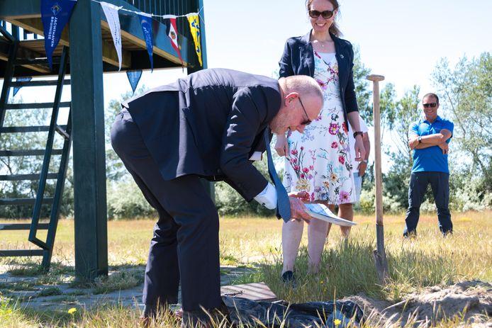 Zeeuws gedeputeerde Dick van der Velde en zijn collega Anne Koning van Zuid-Holland hebben een schatkist opgegraven met daarin een visie op de toekomst voor de Grevelingen, opgesteld door de waterrecreatie.