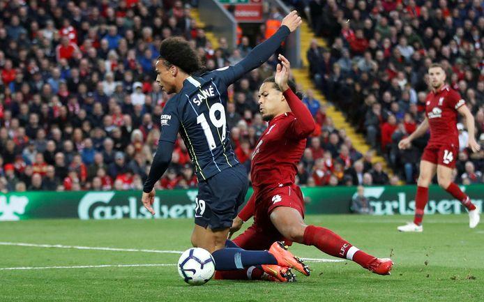 Van Dijk haalt Sané naar de grond en krijgt de penalty tegen.
