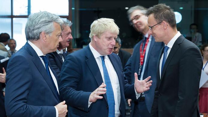 Péter Szijjártó (d), écoute Boris Johnson (c) en compagnie de Didier Reynders (g) à une réunion des ministres européens des Affaires étrangères au Conseil européen à Bruxelles, le 18 juillet 2016.