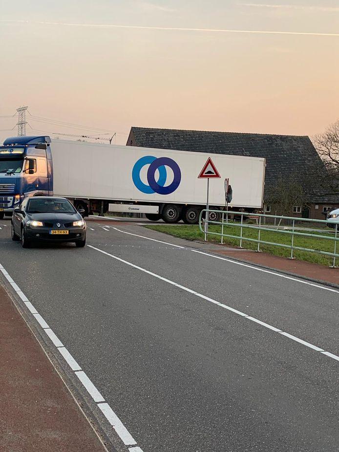 Vrachtwagen neemt afslag Moergestel om file op A58 te ontwijken.