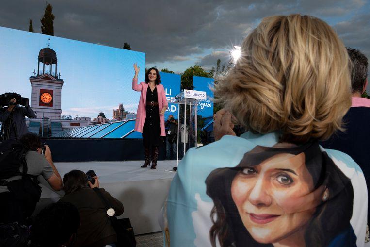 De conservatieve Isabel Díaz Ayuso zwaait zondag in Madrid naar haar aanhangers. Kiezers gaan dinsdag naar de stembus in de Spaanse hoofdstad.  Beeld Getty Images