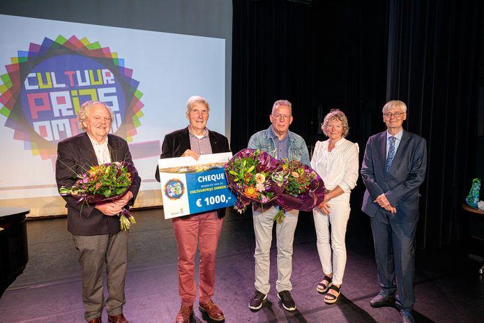 De betrokkenen bij de Cultuurprijs 2021, met van links naar rechts Willem Bemboom ('geen commentaar'), Brord Goeting ('zelf ook niet blij'), Harry Woertink ('schimmig spel'), Corrie Doeleman ('geen commentaar') en wethouder Ko Scheele ('geen beïnvloeding').