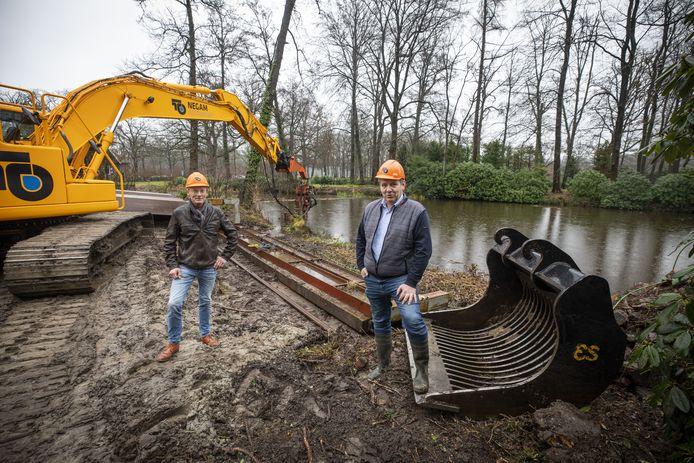 Gerrit Tijman op Smeijers (links) en voorzitter Wilfried Spekhorst van de Coöperatie Duurzaam Singraven bij eerste activiteit voor de aanleg van een waterkrachtcentrale tegenover watermolen Singraven.