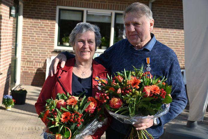 Gerhard en Marietje Besselink met hun kersverse lintje.
