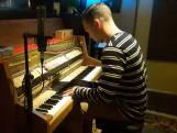 Producer van Arcade Wouter Hardy improviseert op piano