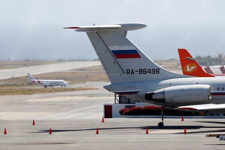 Een van de twee Russische vliegtuigen op de internationale luchthaven van Caracas.  Beeld REUTERS