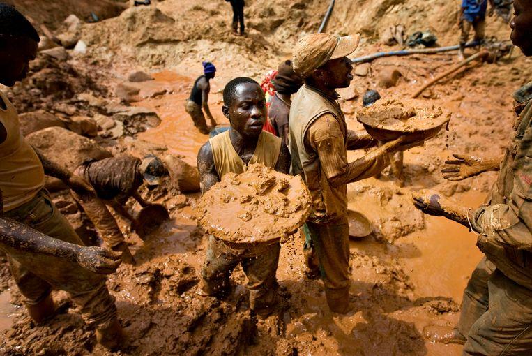 Congolezen aan het werk in een goudmijn. Beeld REUTERS