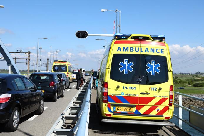 De wielrenner raakte gewond bij een ongeval op de Vlabrug.