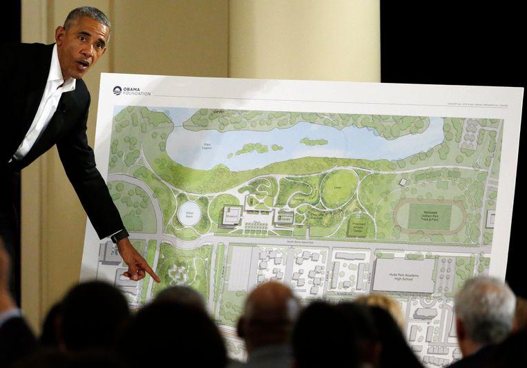 Oud-president Barack Obama licht plannen van zijn toekomstige bibliotheek in Chicago toe. Beeld AP