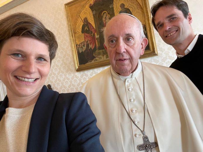 """Het was voor de kerkleider duidelijk wat zoeken naar de lens, maar voor een selfie haalt paus Franciscus zelfs in deze coronatijden de schouders niet op: """"Daaraan merk ik dat jullie nog jong zijn"""", grapte hij tegen Lieve Wouters en Koen Vlaeminck."""
