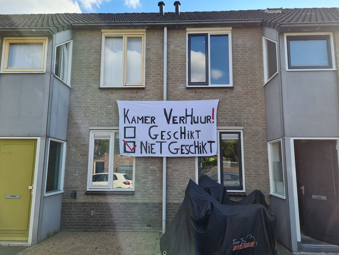 Protest in de Hornstraat met spandoeken waarin bewoners duidelijk maken dat ze hun straat niet geschikt vinden voor kamerverhuur.