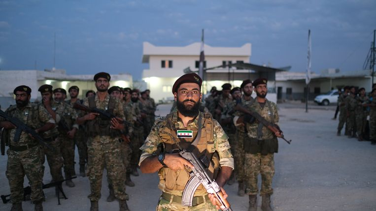 Soldaten maken zich klaar voor de operatie om de Koerdische gebieden binnen te vallen.  Beeld EPA