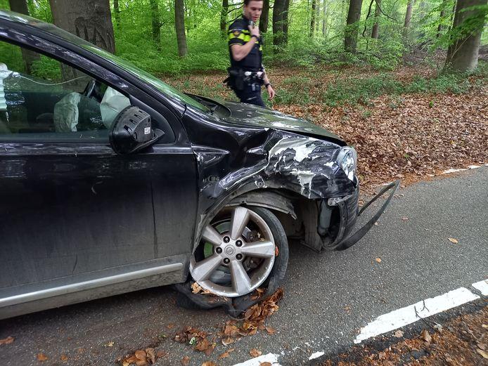 De auto raakte flink beschadigd op de Mooksebaan.