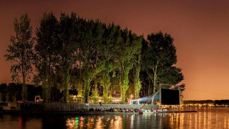 In september kun je met de Sloterplas op de achtergrond genieten van een openluchtvertoning. Beeld West Beach Filmfestival