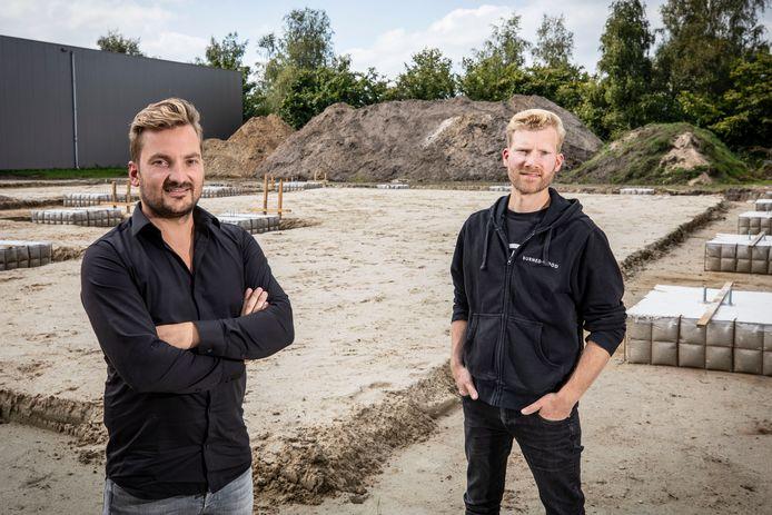 Thijs (l) en Koen ter Denge bij hun bedrijfspand in aanbouw.