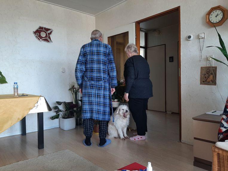 Hij wandelt weleens met de hond, zij praat met de planten. Beeld Irene de Zwaan