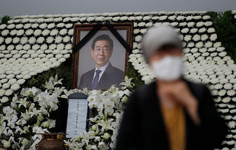 Een inwoner in tranen bij het altaar dat is opgericht voor de overleden burgemeester van Seoul, Park Won-soon. Beeld AP