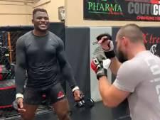 Man of muur? MMA-reus incasseert gewillig dertig tellen lang staalharde meppen in zijn maag
