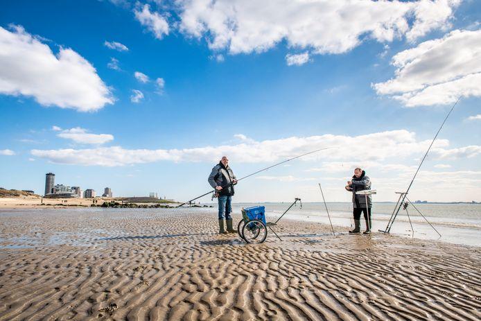 Strandvissers: Christian en Edwin vissen normaal gesproken met een bootje op zee. Vanwege corona kan dat nu niet. Hier, op het strand van Vlissingen, lukt dat wel. Wat ze vandaag vangen? Schar, en misschien straks nog zeebaars en wijting. Over een paar uur gaan ze terug naar Breda, waar ze wonen.